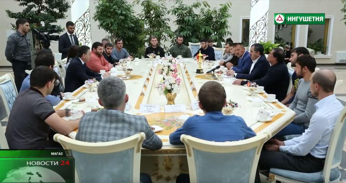 Юнус — Бек Евкуров встретился с ингушскими спортсменами.